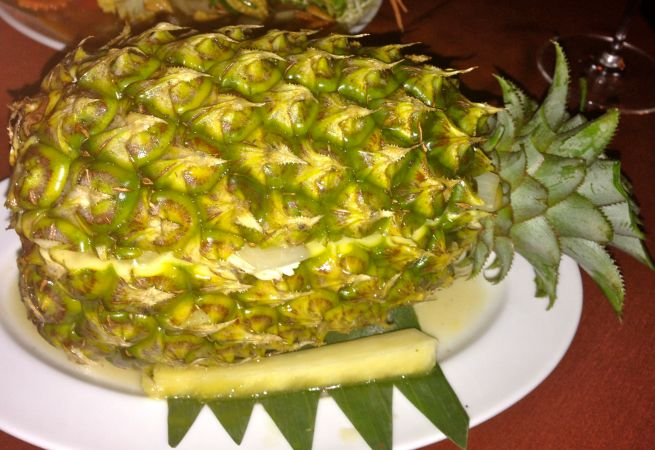 Who needs plates when you can use a pineapple?